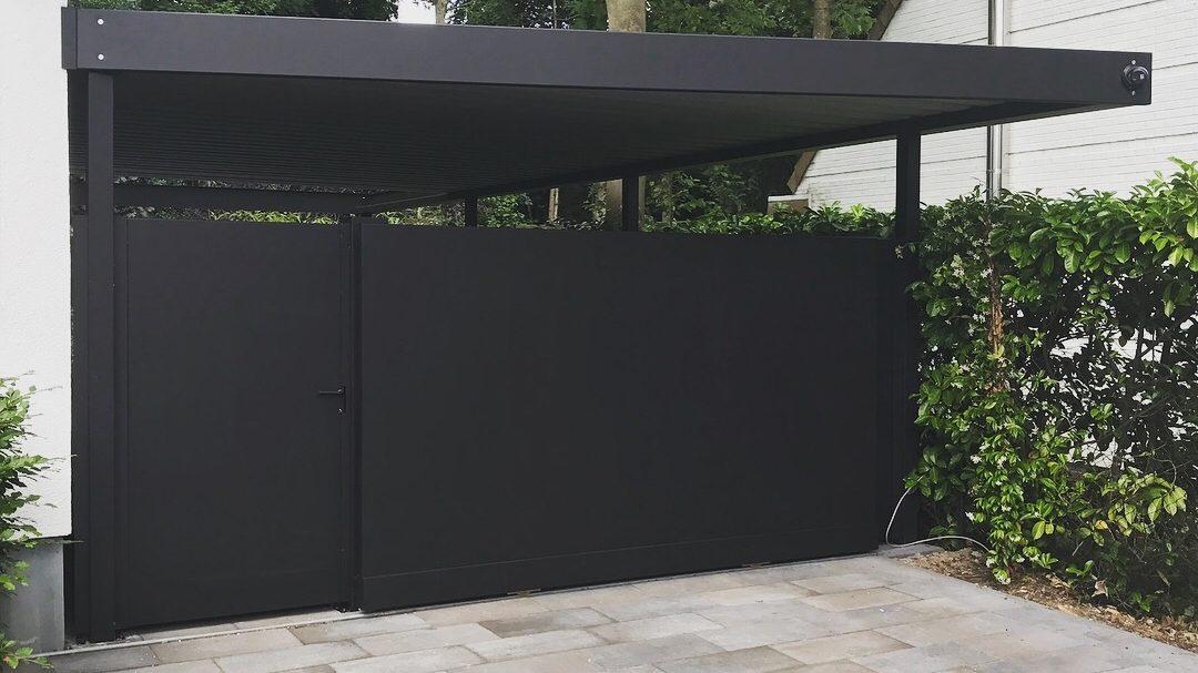 Platte carport met geïntegreerde schuifpoort