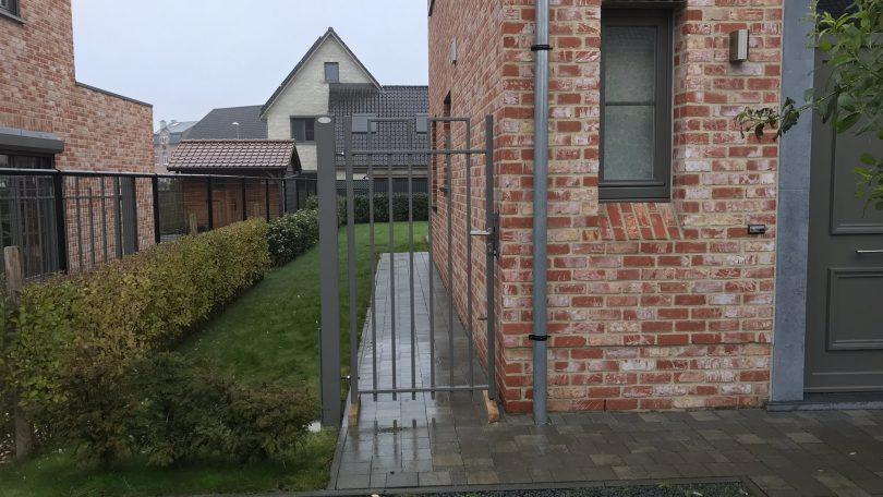 Zenne stalen poortje met vierkante spijlen
